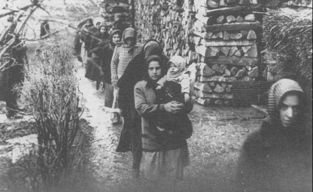A tiszazugi arzénügy vádlottjai: Asszonyok sétán a szolnoki fogház udvarán