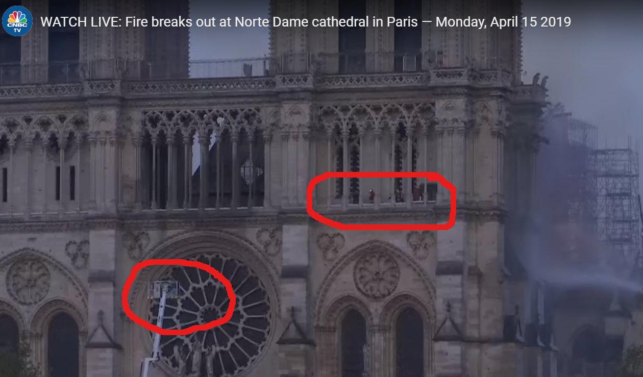 Ismeretlenek az égő Notre Dame tetején