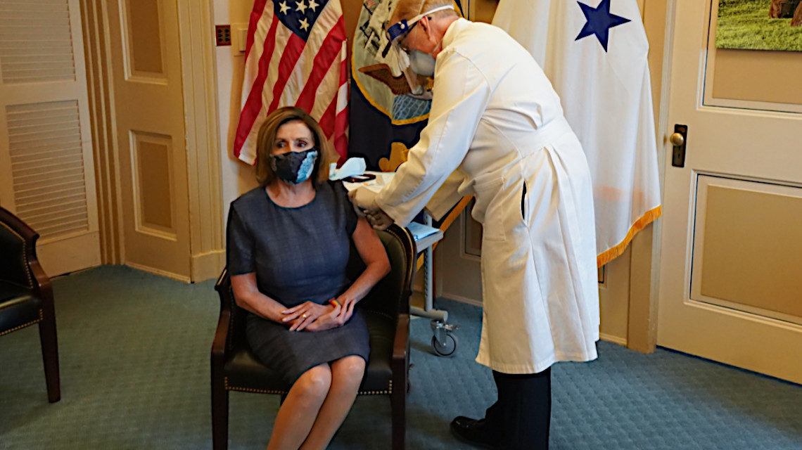 Nancy Pelosi oltást kap