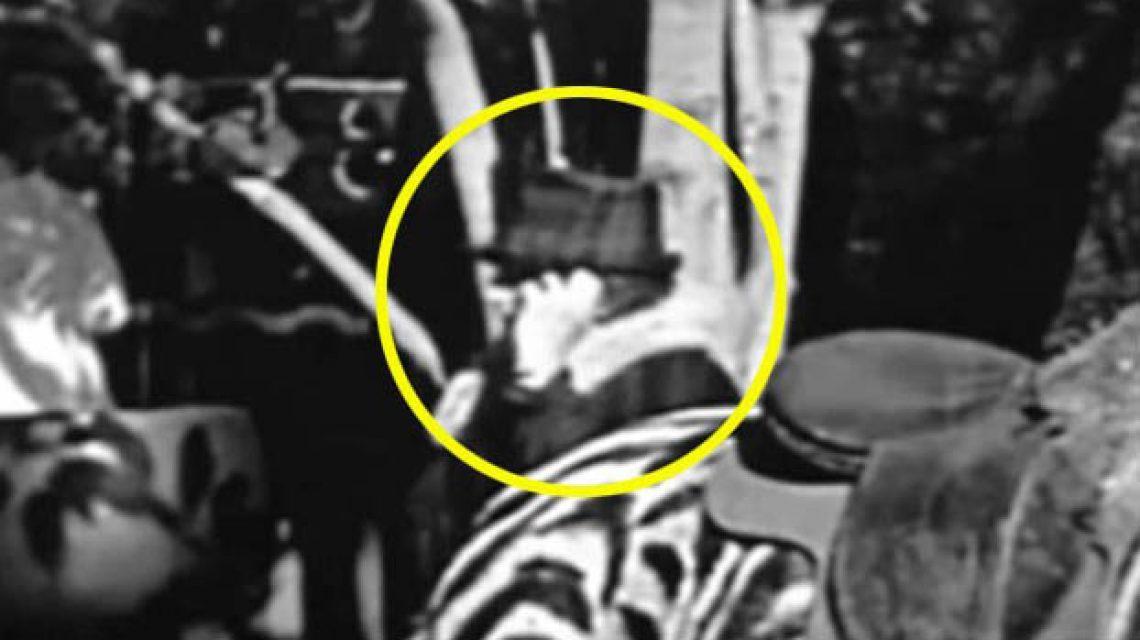 Mobilozó alak egy Chaplin filmben