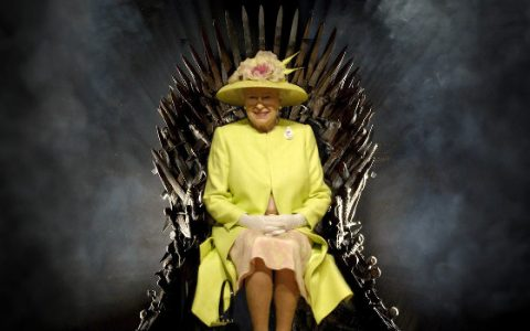 Erzsébet királynő a Trónok harca trónjában
